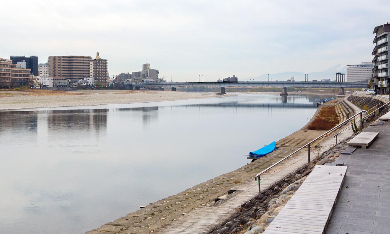岸辺から望む長良川
